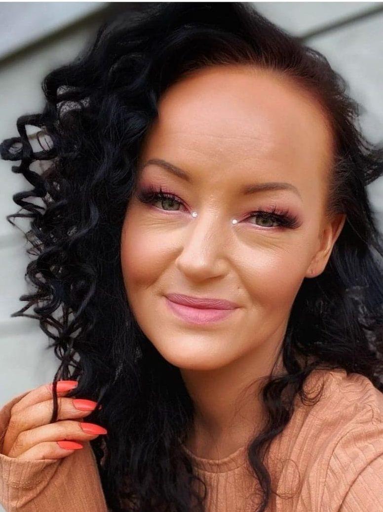 Bildet av Luna Christensen i solveggen med aprikosfarget antrekk og matchende negler og sminke. Hun har lagt ut en del sminkevideoer på instagram i koronapandemien.