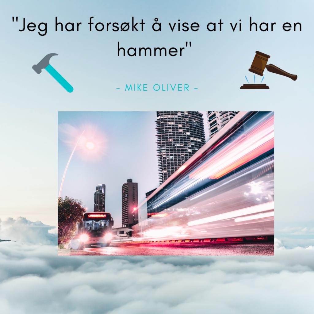 """I bildet er bakgrunnen et foto av skyer tatt ovenfra i fugleperspektiv. Øverst står teksten """"jeg har forsøkt å vise at vi har en hammer"""" sitat - Mike Oliver. En illustrert hammer og en illustrert dommer-hammer finnes under teksten. Midt i bildet av skyene svever et bilde av en buss som kjører i en storby."""