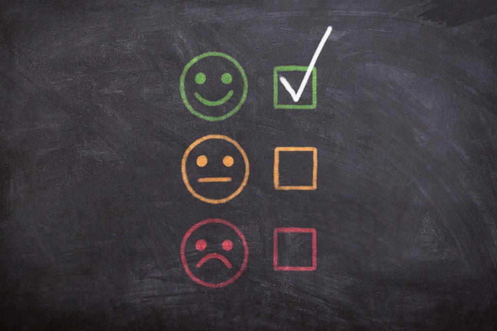 Hva skaper en helsemessig og meningsfull jobb i BPA-yrket? Smilefjes i grønt med sjekkboks huket av. Surt fjes i rødt og et gult fjes med rett strekmunn uten avkrysset boks ved siden av.