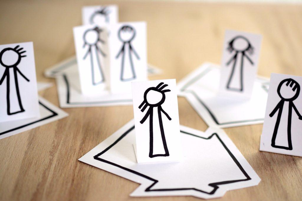 Bilde av figurer i hvert sitt hus som skal vise at alle har holdt seg for seg selv.