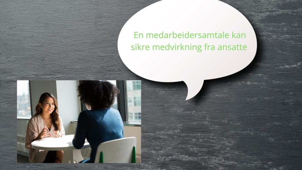 """Et bilde av to kvinner som sitter og snakker sammen ved et bord. Formell stil. En snakkeboble sier """"en medarbeidersamtale kan sikre medvirkning fra ansatte"""""""